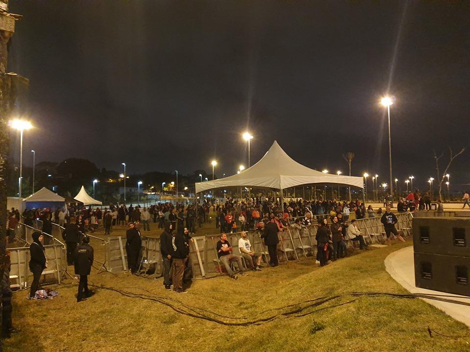 Público assistindo aos shows do evento já de noite