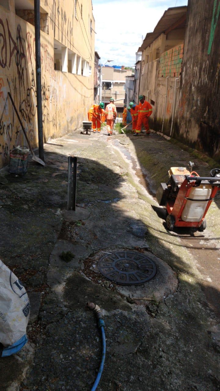 #PraCegoVer - Trabalhadores da Subprefeitura preparam a viela para a reform. No primeiro plano, há uma máquina britadeira.