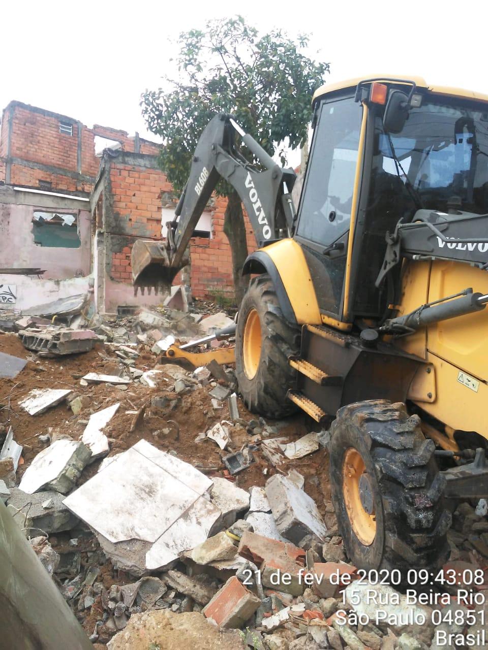 #PraCegoVer - Escavadeira da Subprefeitura faz demolição de imóveis irregulares