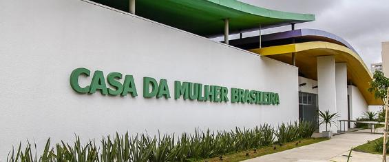 """#PraCegoVer - Em uma grande parede branca, a frase """"Casa da Mulher Brasileira"""" se destaca em letras de cor verde"""