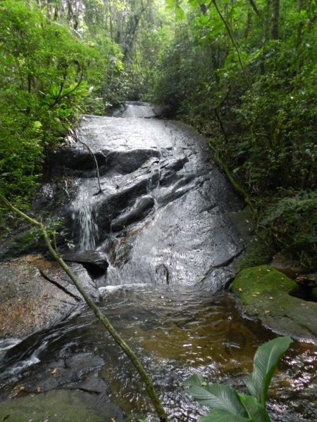 Água fresca descendo pelas pedras