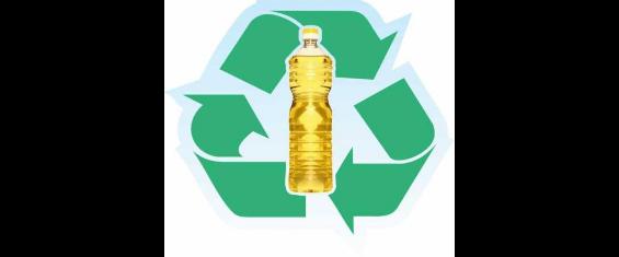 #PraCegoVer - imagem contém garrafa plástica de óleo ao centro e ao fundo três setas sentindo horário foram o simbolo da reciclagem