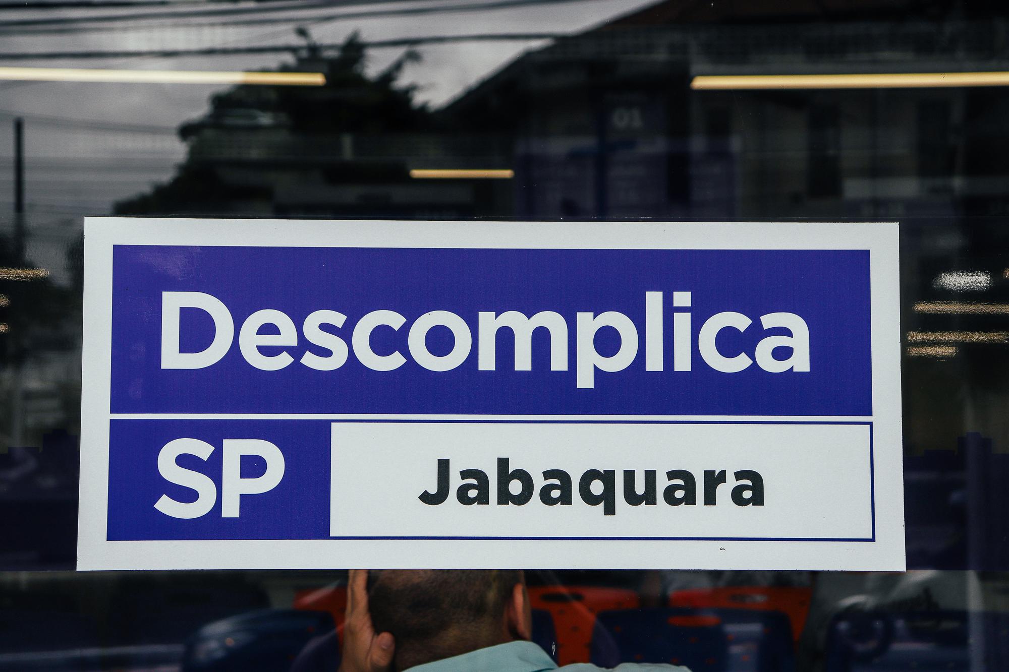 Placa do Descomplica SP - Jabaquara em uma porta de vidro