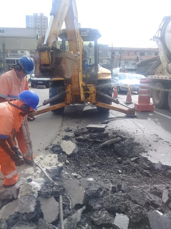 imagem do funcionário com uma britadeira fazendo serviço de tapa-buraco