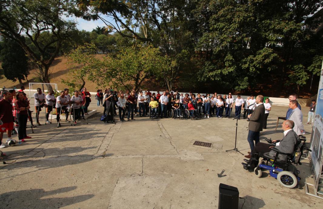 Convidados do evento observam procunciamento dos secretários e representantes.