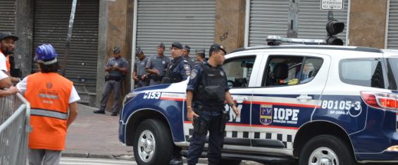 #PraCegoVer- Na foto, Guardas Civis metropolitanos, policiais militares e agentes da Subprefeitura de colete laranja.