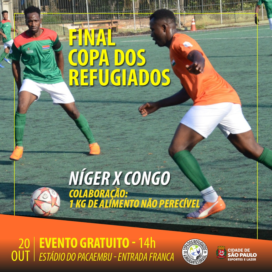 Jogadores jogando futebol em um dia ensolarado, além de conter as informações do jogo de domingo (20).