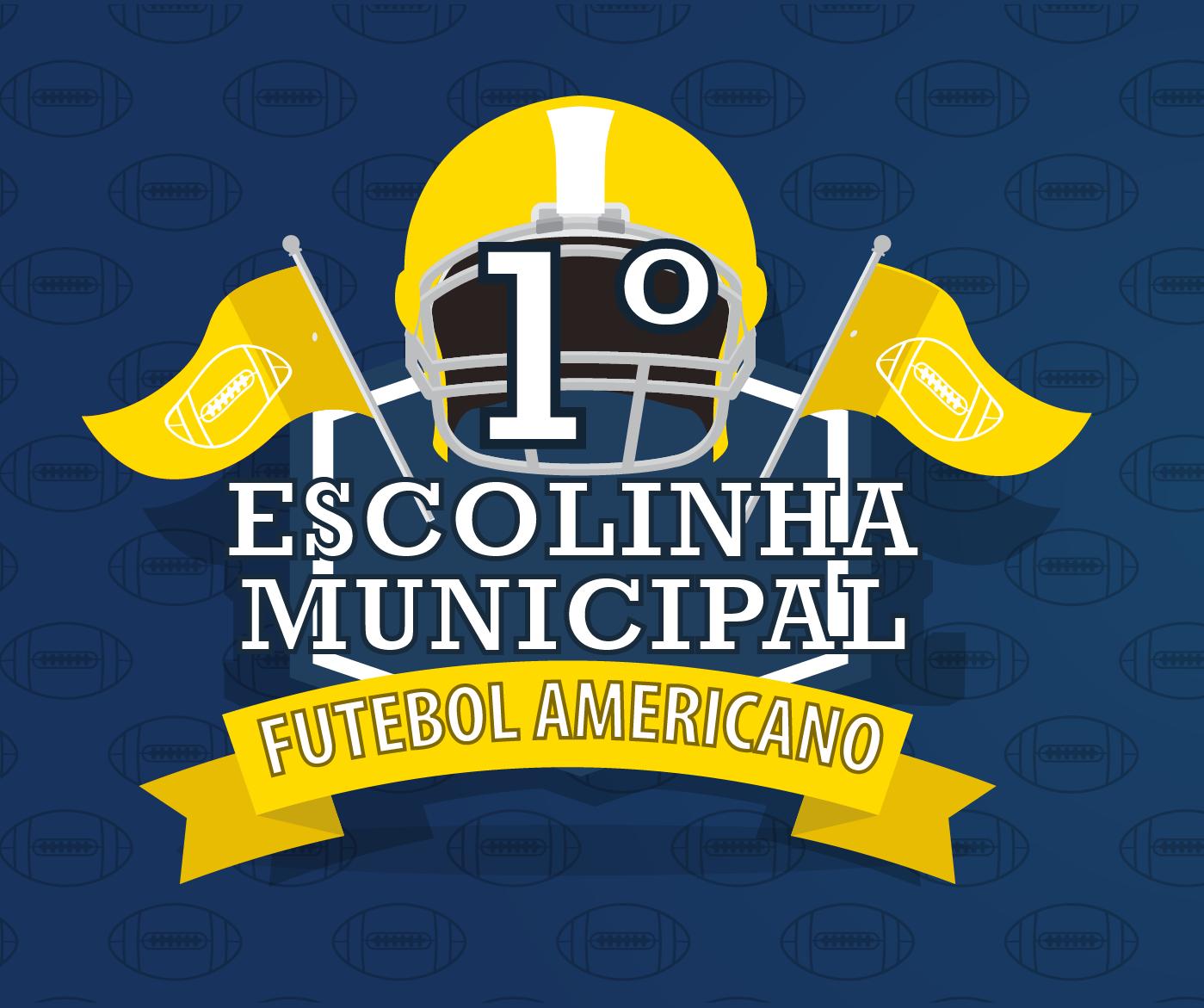 Logo da escola: uma arte com fundo azul, um capacete e bandeirinhas amarelas. Nela está escrito Primeira Escola de Futebol Americano.