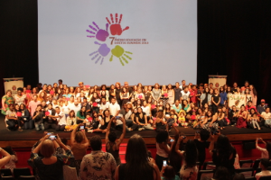 Premiados do 7º Prêmio EDH posam ao lado das autoridades na foto oficial, no Auditório do Ibirapuera.