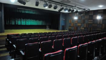 Interior do Teatro Leopoldo Fróes, onde se vê cadeiras e um palco