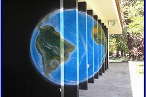 Imagem da fachada da biblioteca com uma pintura do nosso planeta