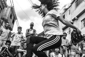 imagem em branco e preto de uma moça dançando hip hop